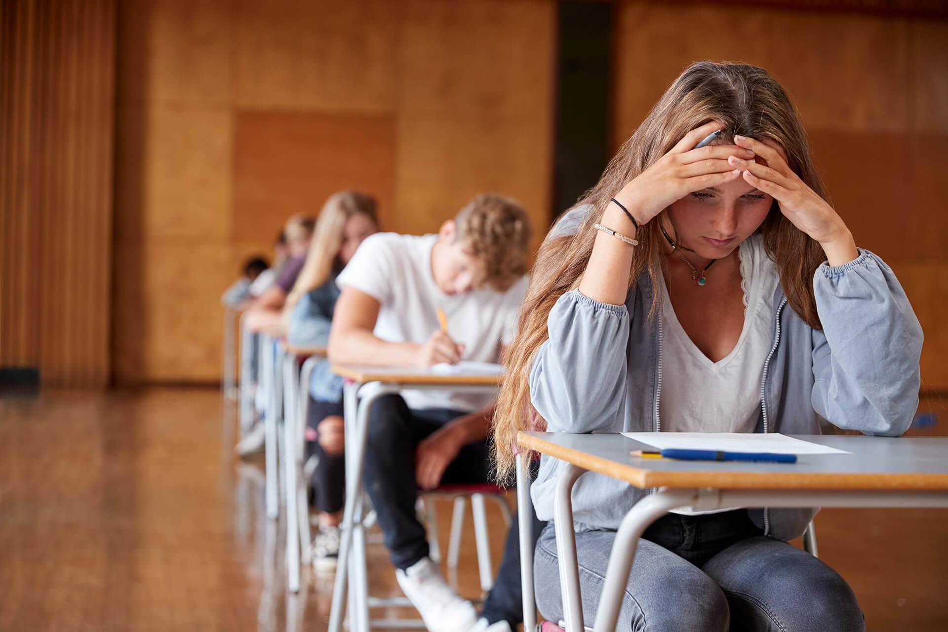 Studenten examen handen in het haar